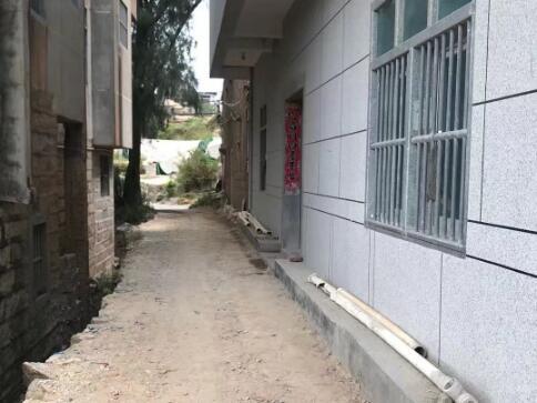 村民反映道路被侵占影响通行 干部介入协调