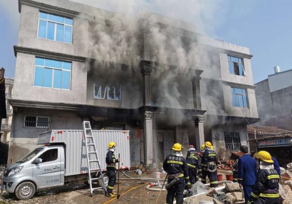 新度镇蒲板村一民房突发火灾 无人员伤亡
