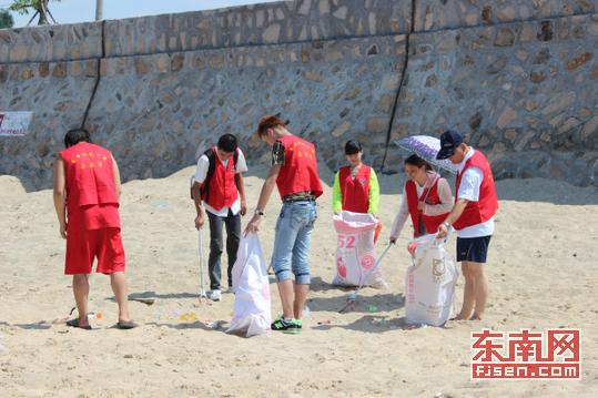 他们用环保夹子或直接用手捡沙滩上的塑料袋,饮料瓶,烟头,纸壳等垃圾
