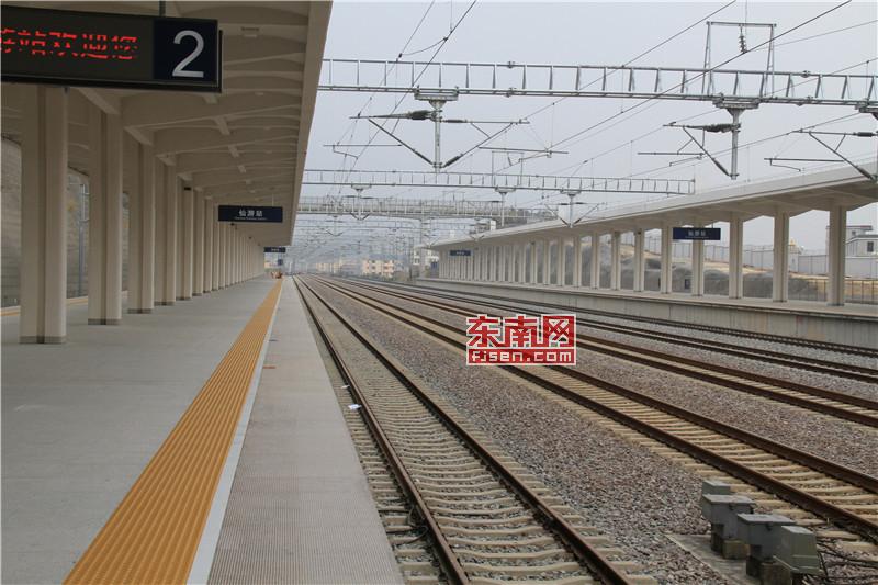 D6203次首次停靠仙游站  东南网莆田2月4日讯(本网见习记者 陈朝杰)今日上午,仙游火车站在首趟D6203次列车停靠鸣笛声中正式宣告投用。上午7时许,仙游站D6203次列车正式开始检票,共有101名市民幸运的买到了车票并检票准备上车。7点36分,D6203次列车缓缓停靠在仙游火车站1号站台,这也是第一列停靠在仙游站的动车。东南网记者在现场见证着这历史性的一刻,101名幸运的市民缓缓有序的与见证者们挥手告别,第一次从仙游火车站登上了动车,标志着仙游高铁时代正式来临。