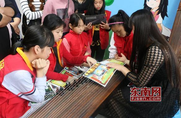 徐老师教小朋友弹奏古筝的技巧