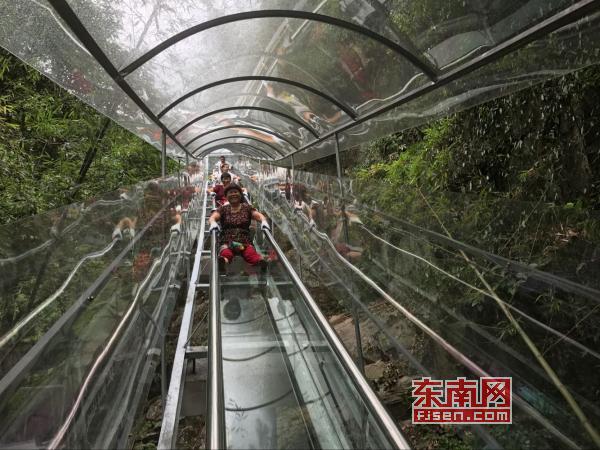 莆田瑞云山景区森林玻璃滑道投入运营 总长388米
