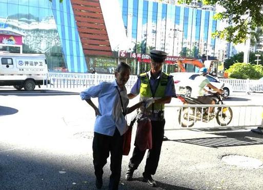 交警扶老人过马路 环卫工接力护送老人回家